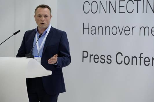 ürgen Pollich, Leiter M2M und Connected Services bei Telefónica in Deutschland, bei der Vorstellung des Pilotprojekts auf der Hannover Messe 2018