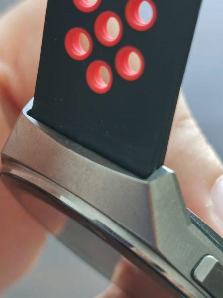 HUAWEI Watch Gt2e - Armbänder im Test - schwarz rot - Detail - Anbringung