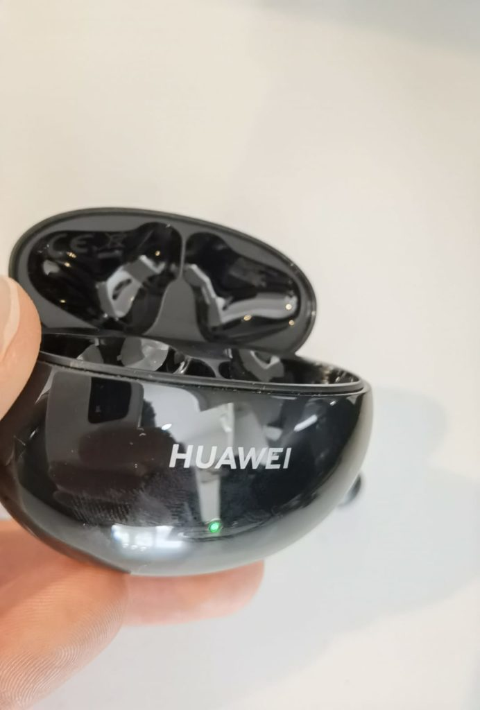 HUAWEI FreeBuds 4i Test - Ladecase - offen